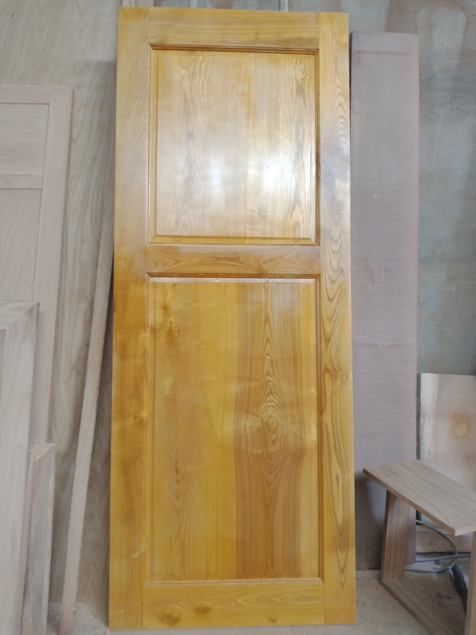Cửa phòng tắm và phòng ngủ làm bằng gỗ tự nhiên